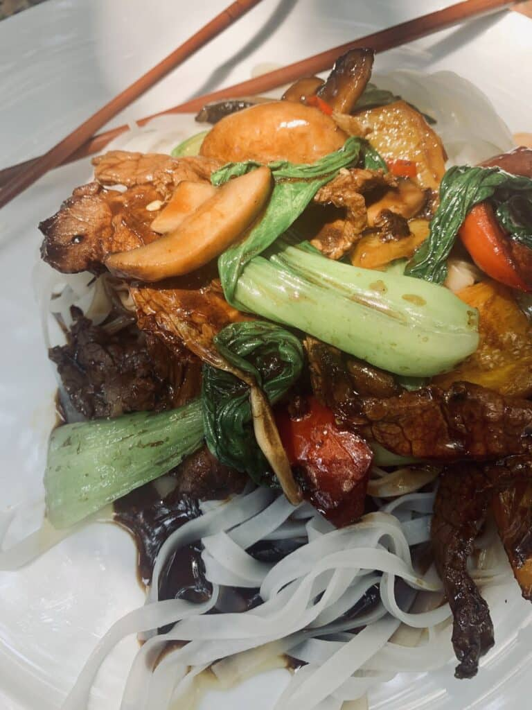 Stir fried beef with oyster sauce, close up